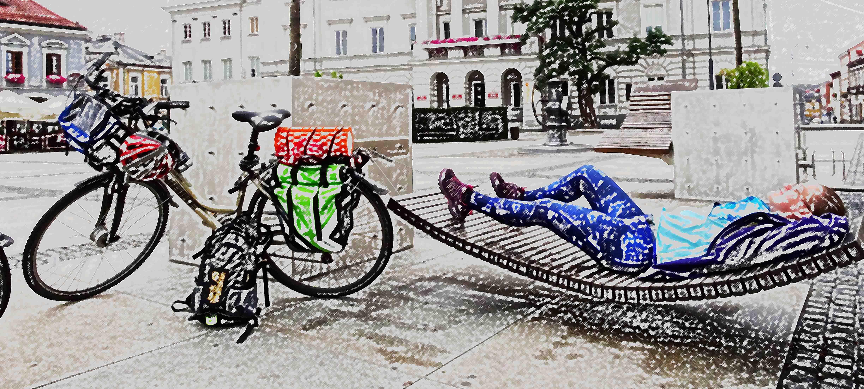 Basia Kozioł odpoczywająca przy rowerze.