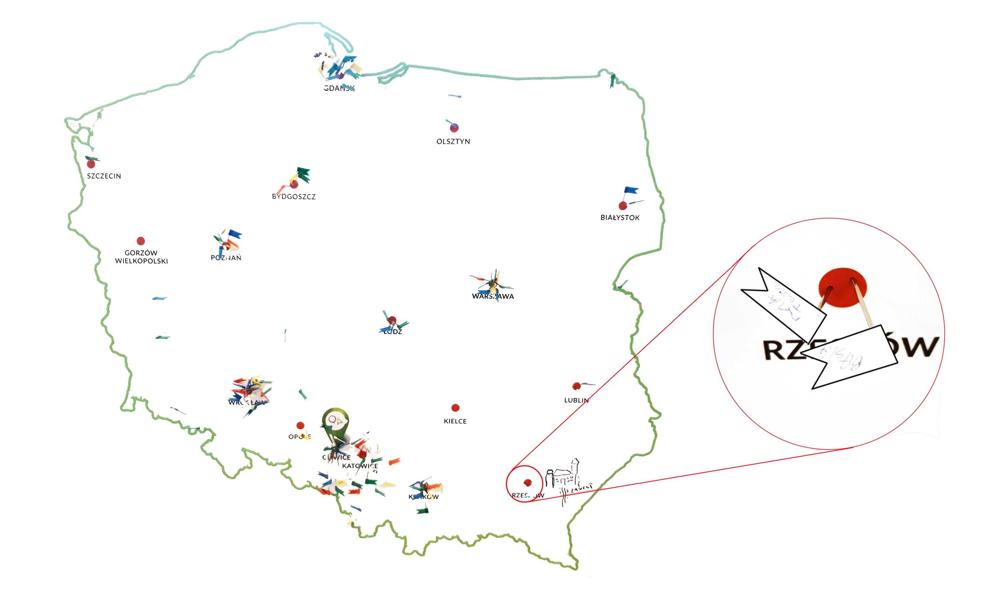 Mapa polski z pineskami ile osób z jakiej części polski dotarło na konferencją. Zoom na Rzeszów z dwoma pineskami.