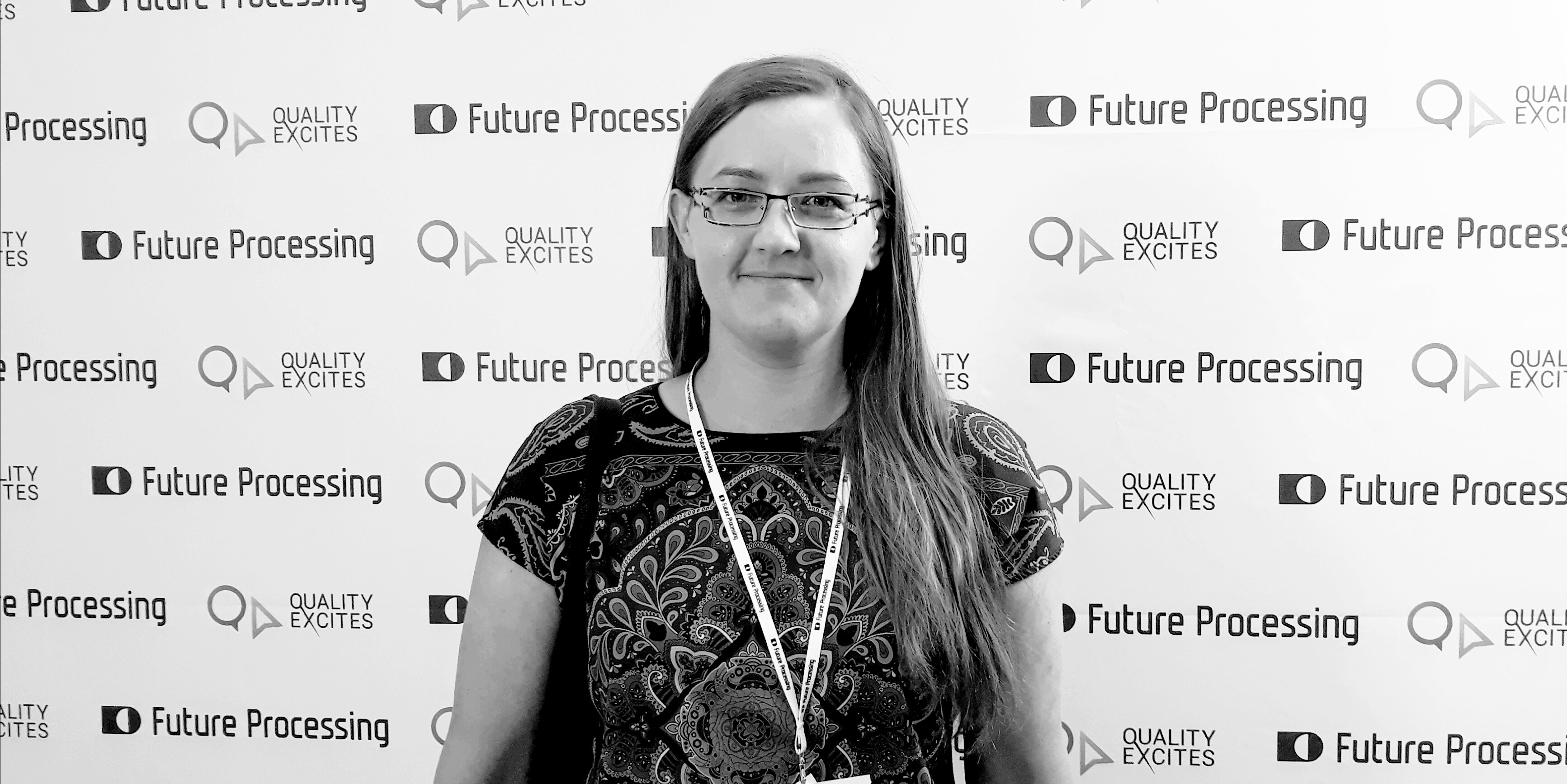 Basia Kozioł na ściance konferencji z napisami Quality Excites i Future Processing.